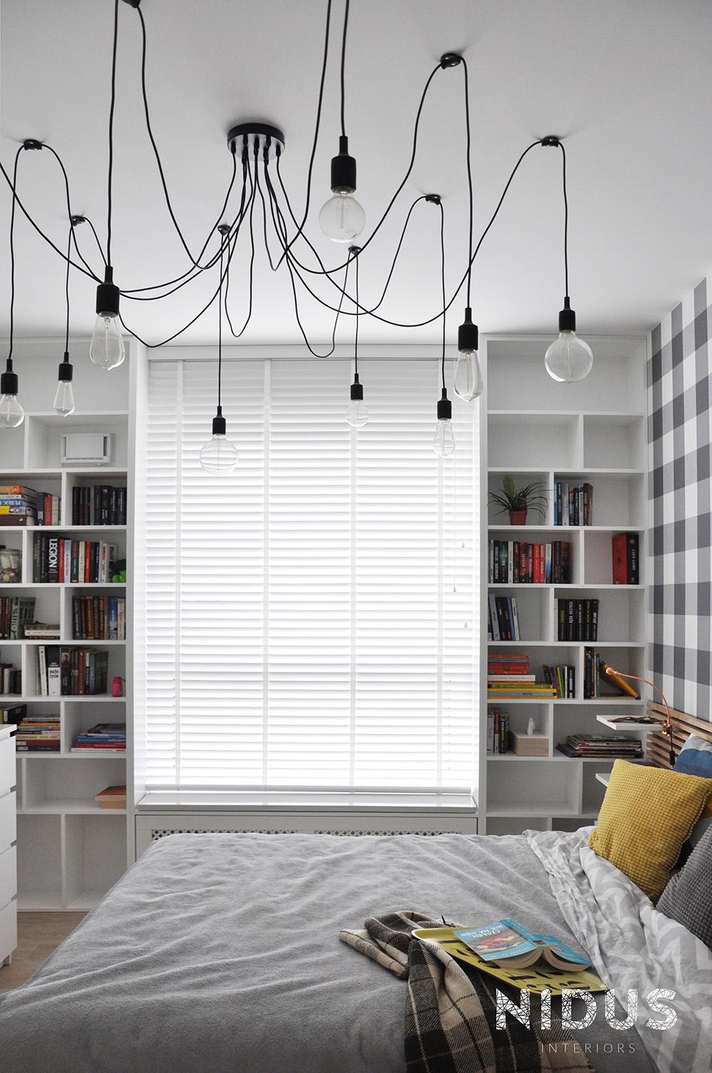 Biblioteczka na całej ścianie dokoła okna