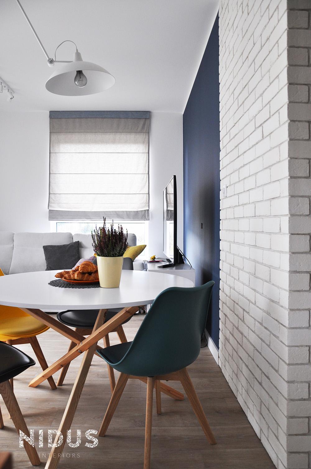 Ruchoma lampa pozwala na przestawianie stołu w jadalnie