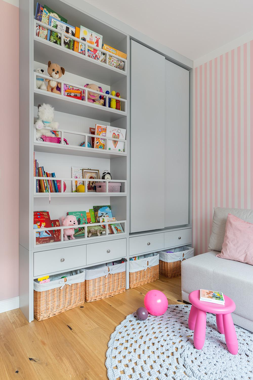 Funkcjonalna szafka na zabawki w pokoju dziecięcym