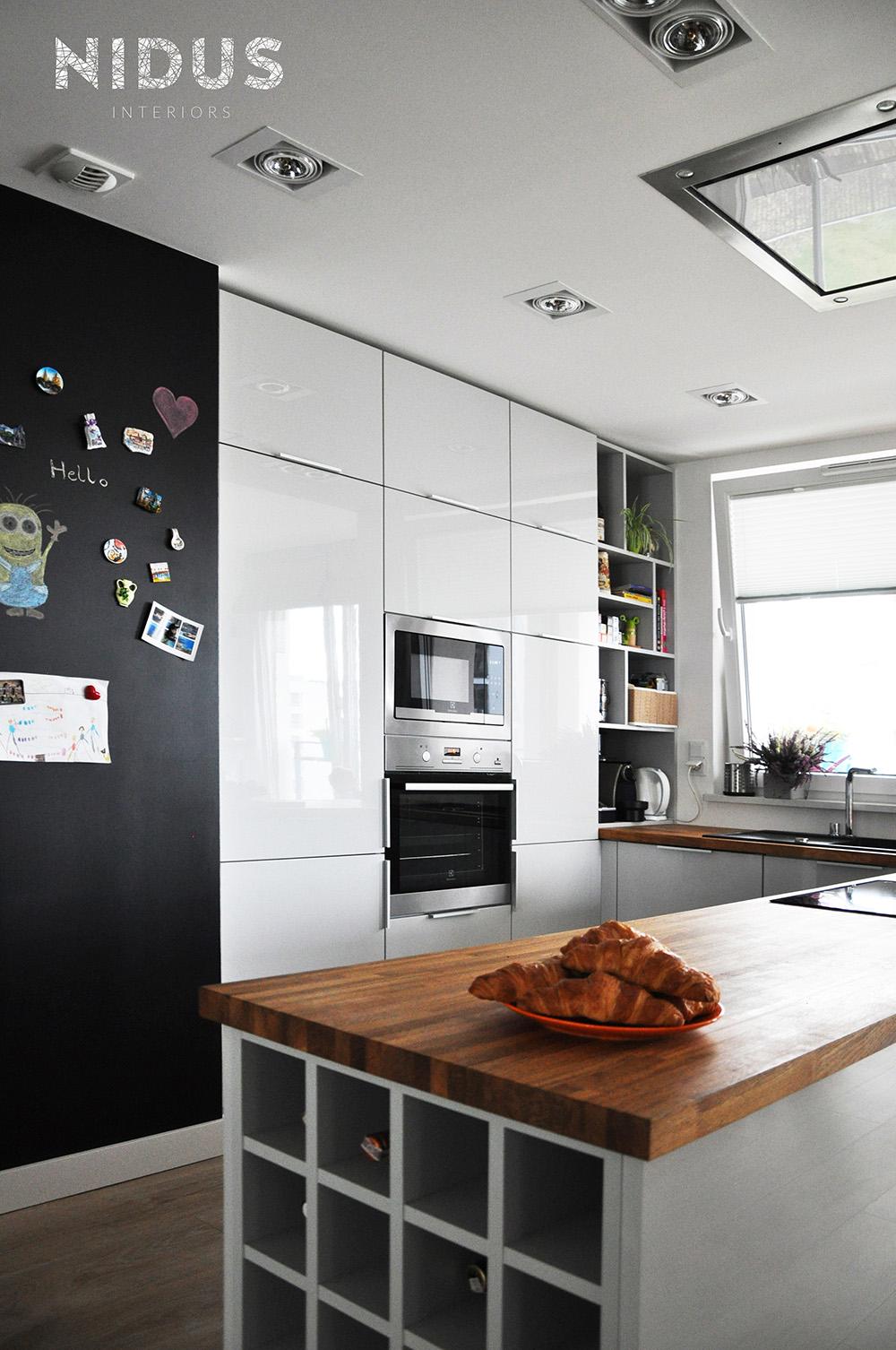 Ściana magnetyczna w kuchni otwartej na salon