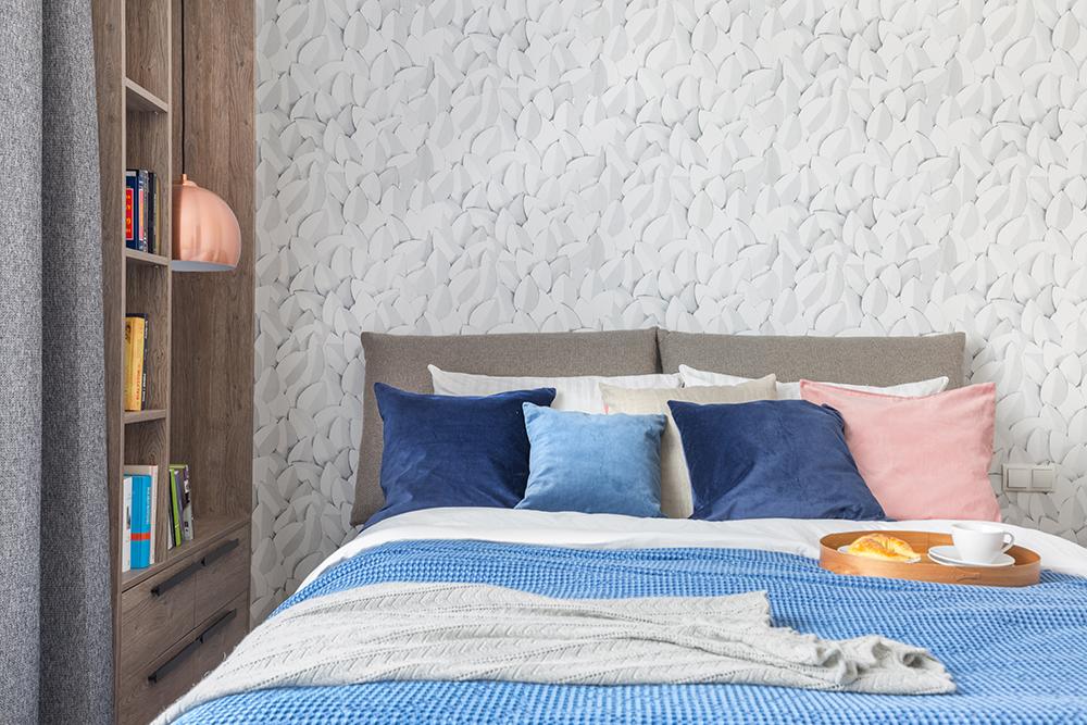 Sypialnia w odcieniach błękitu i różu z miedzianymi akcentami