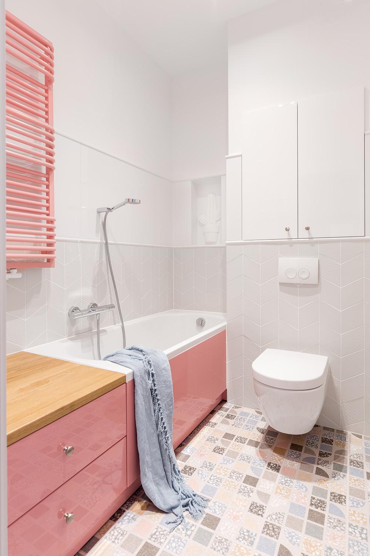 Różowy grzejnik łazienkowy