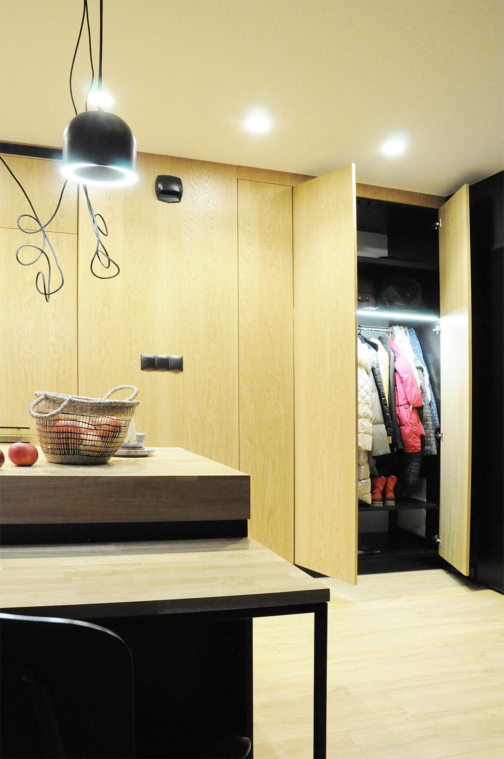 Po otwarciu drzwi szafy automatycznie włącza się oświetlenie w środku